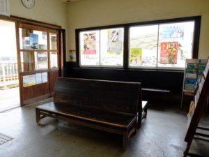 金指駅待合室のベンチ