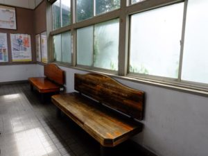 待合室の木製ベンチ