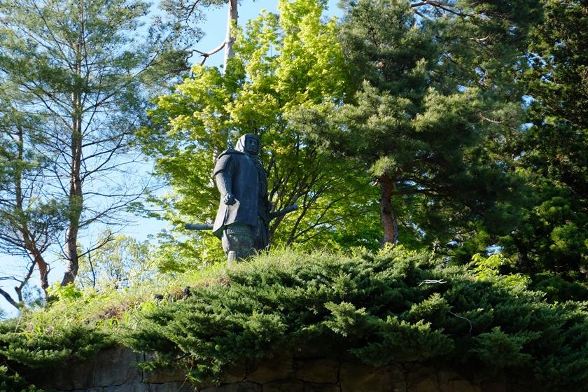 謙信公銅像
