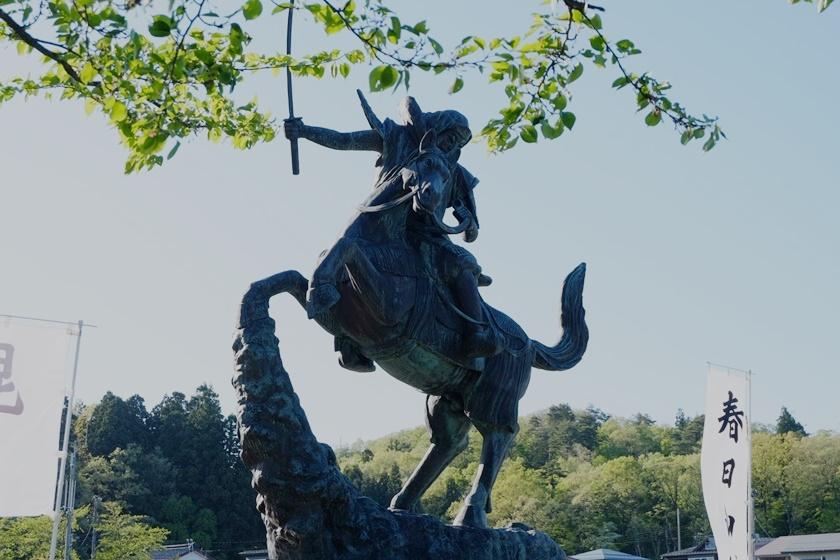 謙信公像(横から)