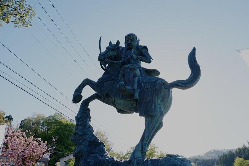 謙信公像(下から)