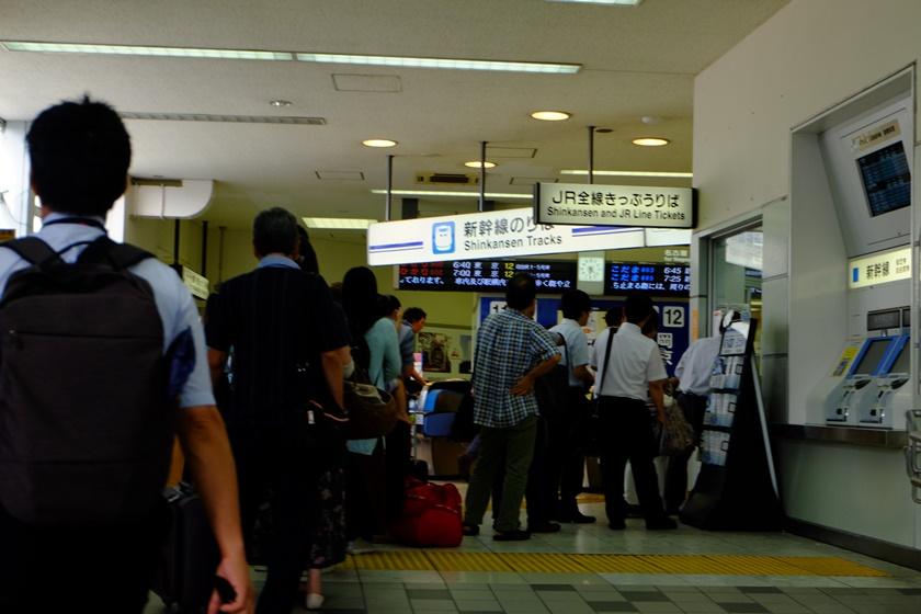 新幹線改札へ向かう人々