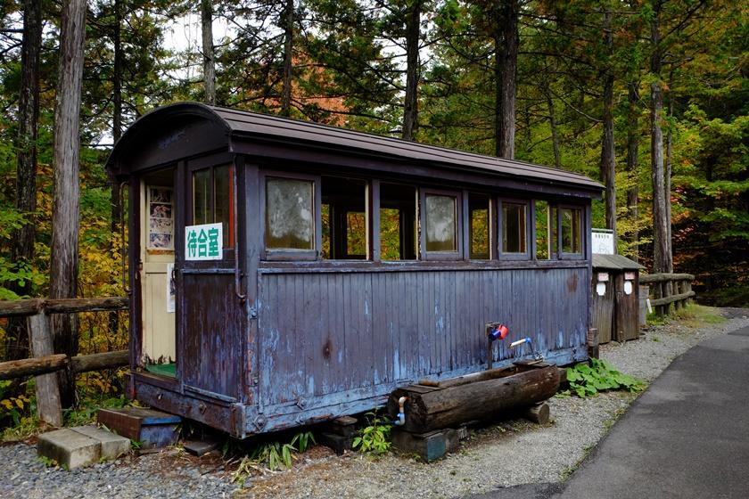 客車を利用した待合室