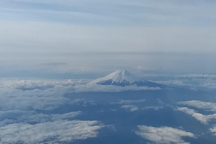飛行機の窓から見た富士山