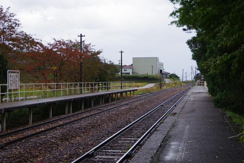 西岸駅ホーム・湯乃鷺駅の駅名標