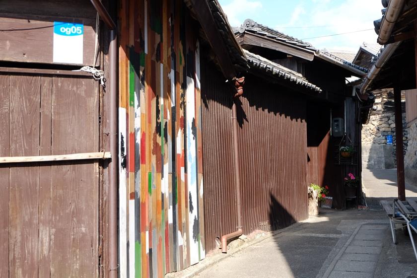 カラフルに塗られたアートの家