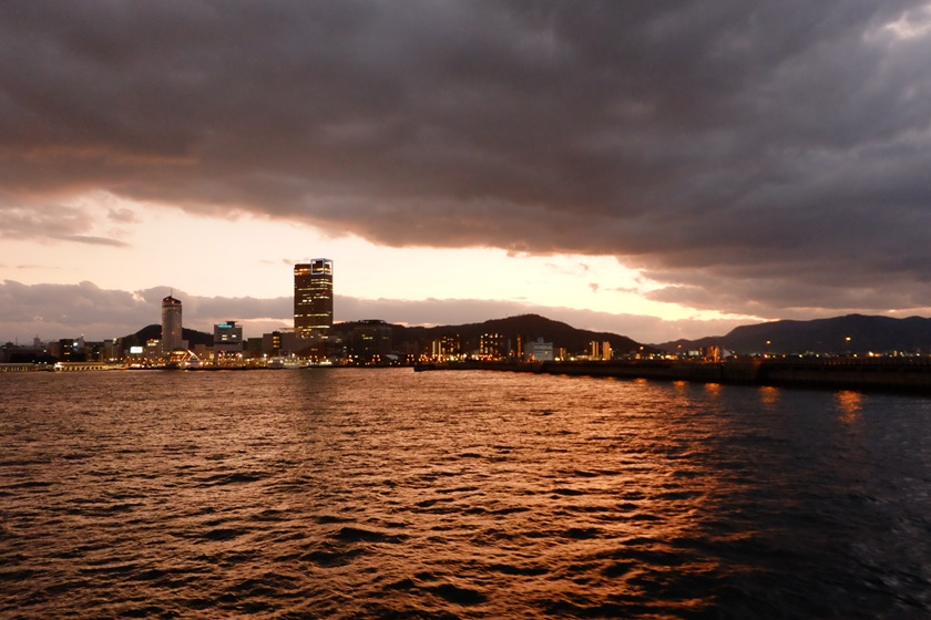 夕暮れの高松港