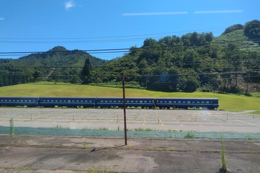 山のふもとの客車