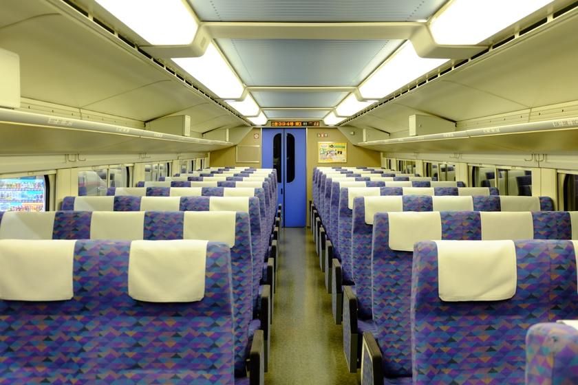 3人掛けのシートが両側に並ぶ