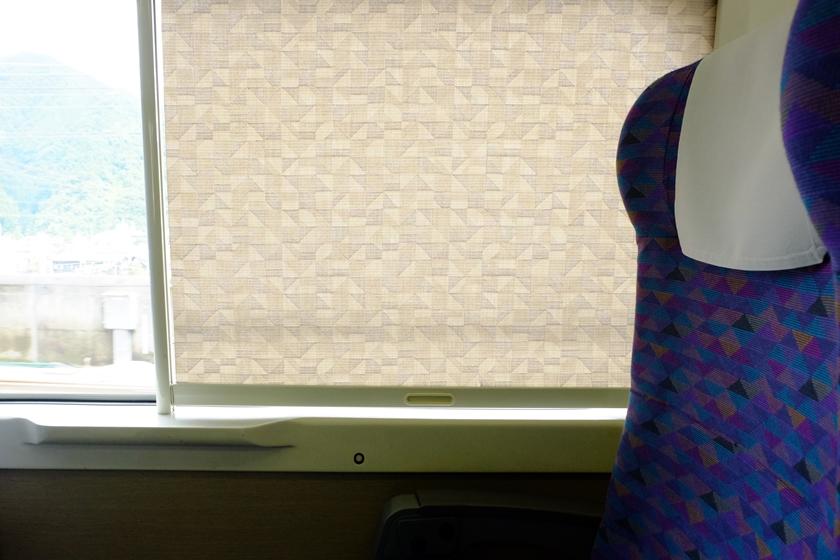 シートと同じ幾何学模様のカーテン
