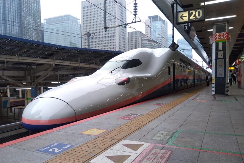 東京駅ホームのE4